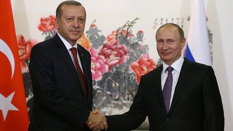 Turkish President Tayyip Erdogan (L) meets with Russian counterpart Vladimir Putin ahead of the G20 Summit in Hangzhou, China, September 3, 2016. © Yasin Bulbul