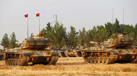 Turkish army tanks and military personal are stationed in Karkamis on the Turkish-Syrian border in the southeastern Gaziantep province, Turkey, August 25, 2016. © Umit Bektas