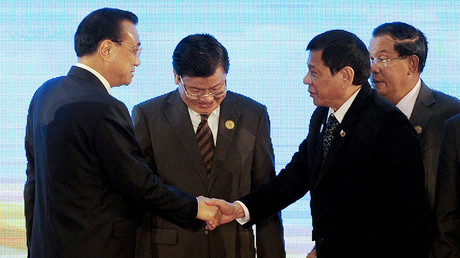 Philippines President Rodrigo Duterte (3rd R) shakes hands with Chinese Primier Li Keqiang (L) at the 19th ASEAN-China Summit to commemorate the 25th Anniversary of the ASEAN-China Dialogue Relations in Vientiane on September 7, 2016. © Noel Celis