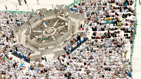 Muslim pilgrims pray during Friday prayers at the Grand mosque in Mecca September 9, 2016. © Ahmed Jadallah