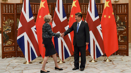 Chinese President Xi Jinping shakes hand with British Prime Minister Theresa May before their meeting at the West Lake State House on the sidelines of the G20 Summit, in Hangzhou © Etienne Oliveau
