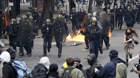 Demonstrators clash with French riot police during a march in Paris, France, to demonstrate against the new French labour law, September 15, 2016. © Charles Platiau