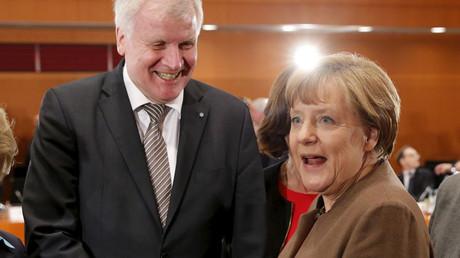 German Chancellor Angela Merkel (R) welcomes Bavarian State Premier Horst Seehofer © Fabrizio Bensch
