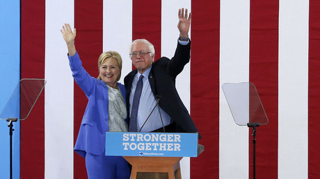 Democratic U.S. presidential candidates Clinton and Sanders © Mary Schwalm