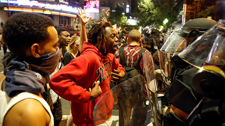 A man speaks to police in uptown Charlotte, NC during a protest of the police shooting of Keith Scott, in Charlotte, North Carolina, U.S. September 21, 2016 © Jason Miczek