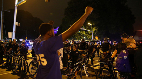 Demonstrators protesting the police shooting of Keith Scott are kept out of a wealthy neighborhood by police after marching from downtown Charlotte, North Carolina, U.S., September 25, 2016 © Mike Blake