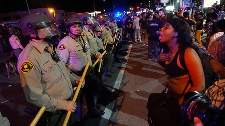 Protesters gather along Broadway Avenue to protest the fatal shooting of an unarmed black man on Tuesday by officers in El Cajon, California, U.S. September 28, 2016 © Sandy Huffaker