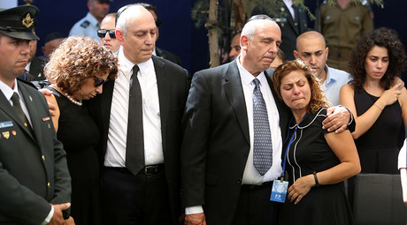 Nechemia 'Chemi' (C-L) and Yoni (C-R) Peres, the sons of the former Israeli premier Shimon Peres, mourn with relatives at the Mount Herzl national cemetery during the funeral of their father on September 30, 2016 © Menahem Kahana