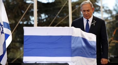 Israeli Prime Minister Benjamin Netanyahu stands before the coffin of Shimon Peres after delivering his eulogy during the elder statesman's funeral on Mt. Herzl Cemetery in Jerusalem, 30 September 2016 © Abir Sultan