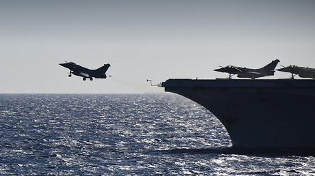 A rafale fighter jet takes off from the French aircraft carrier Charles de Gaulle sailing in the Mediterranean sea on September 29, 2016 in the Mediterranean sea as part of the Operation Arromanches III © Eric Feferberg