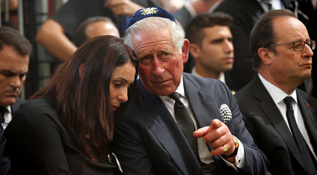 Britain's Prince Charles (C) speaks to Israeli Minister of Sport and Culture Miri Regev, as French President Francois Hollande (R) sits nearby, during the burial ceremony at the funeral of former Israeli President Shimon Peres at Mount Herzl Cemetery in Jerusalem September 30, 2016 © Ronen Zvulun