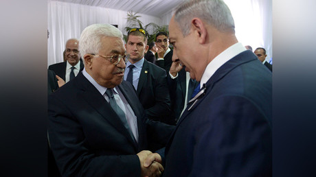 Israeli Prime Minister Benjamin Netanyahu shakes hands with Palestinian President Mahmoud Abbas (L) during the funeral of former Israeli President Shimon Peres in Jerusalem September 30, 2016 © Amos Ben Gershom
