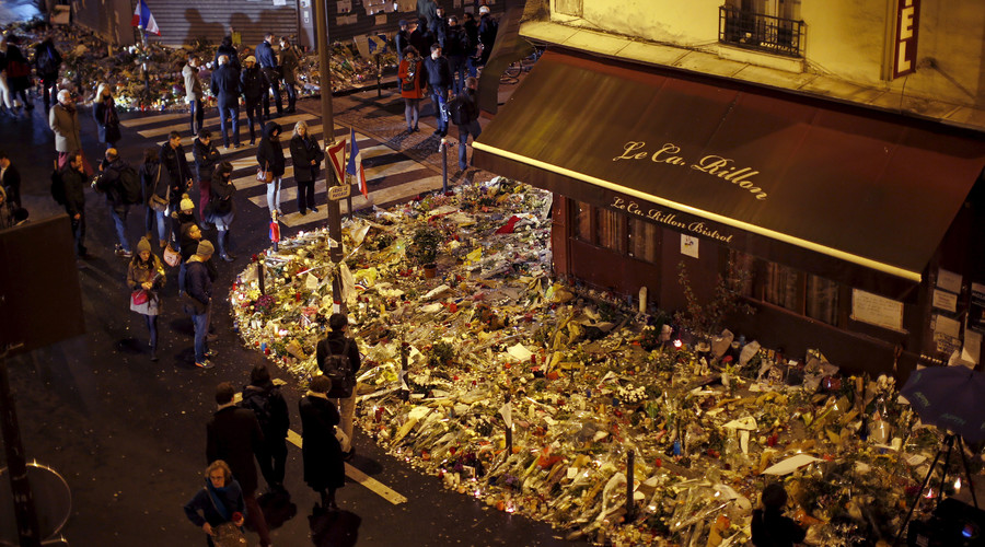 "People mourn outside ""Le Petit Cambodge"" and ""Le Carillon"" restaurants a week after a series of deadly attacks in the French capital, in Paris, France, November 20, 2015. © Benoit Tessier"