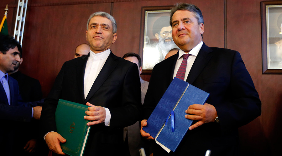 Iran's Economy Minister Ali Tayebnia (L) and German vice chancellor, Economy and Energy Minister Sigmar Gabriel pose for a picture after signing agreements during a German-Iranian Joint Economic Commission (GWK) meeting in Tehran on October 3, 2016 © Atta Kenare
