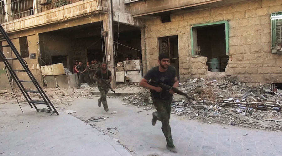 Syrian army soldiers during an assault on Jabhat al-Nusra fighters in Aleepos eastern district of Suleiman al-Halabi. ©Mikhail Alaeddin