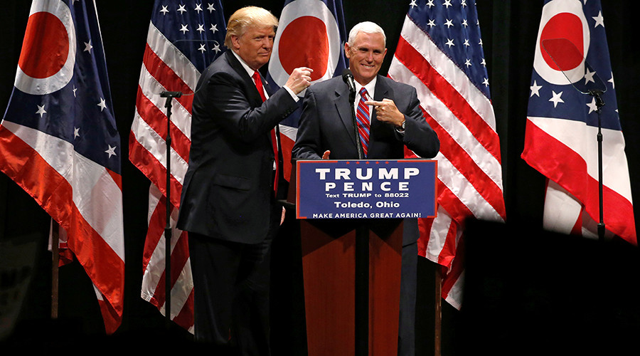 Republican presidential nominee Donald Trump brings vice presidential nominee Mike Pence onstage as he rallies with supporters in Toledo, Ohio, U.S., September 21, 2016 © Jonathan Ernst