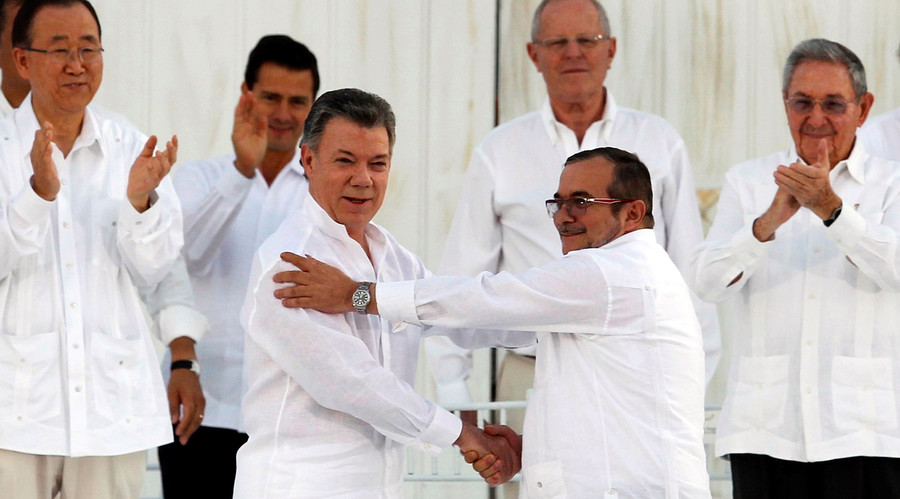 Colombian President Juan Manuel Santos (L) and Marxist rebel leader Rodrigo Londono (R), better known by the nom de guerre Timochenko, shake hands after signing an accord ending a half-century war that killed a quarter of a million people in Cartagena, Colombia September 26, 2016. © John Vizcaino