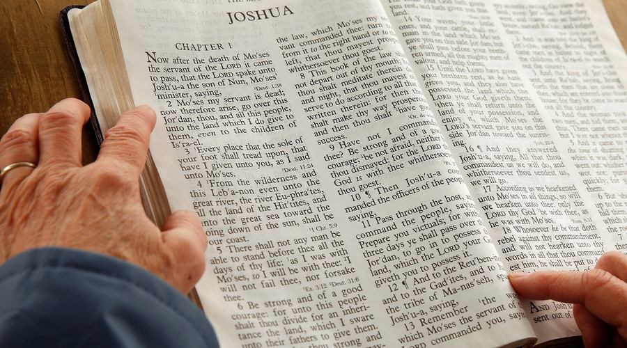 A woman reads from the Book of Joshua © Kevin Lamarque