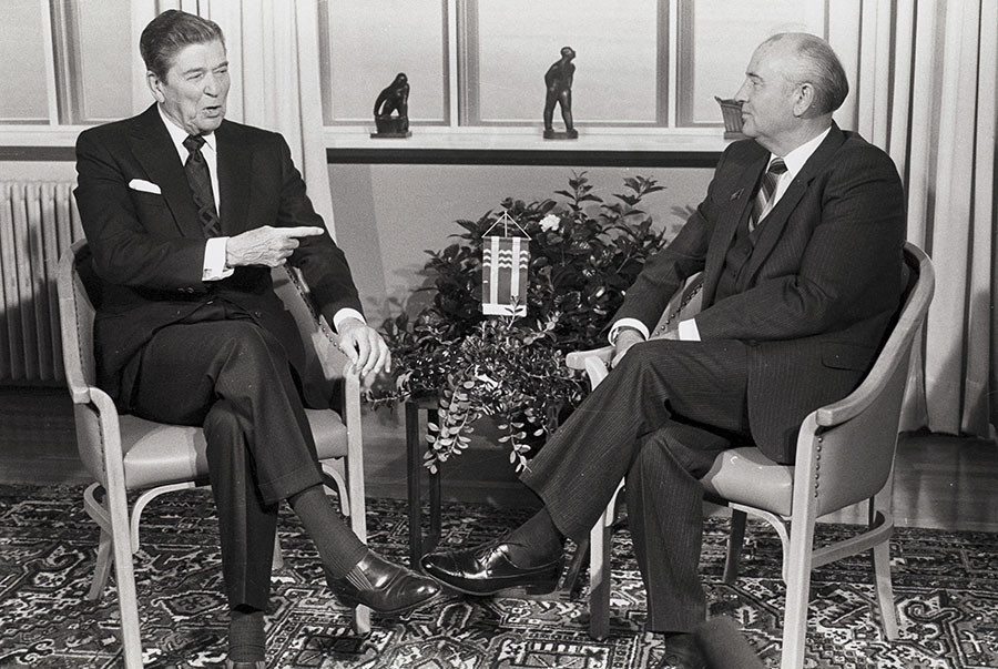 Soviet President Mikhail Gorbachev (L) and U.S. President Ronald Reagan begin their mini-summit talks in Reykjavik October 11, 1986. © Mal Langsdon