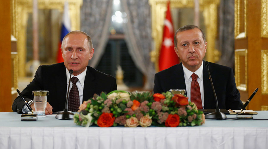 Russian President Vladimir Putin (L) talks during a joint news conference with his Turkish counterpart Tayyip Erdogan following their meeting in Istanbul, Turkey, October 10, 2016. © Osman Orsal