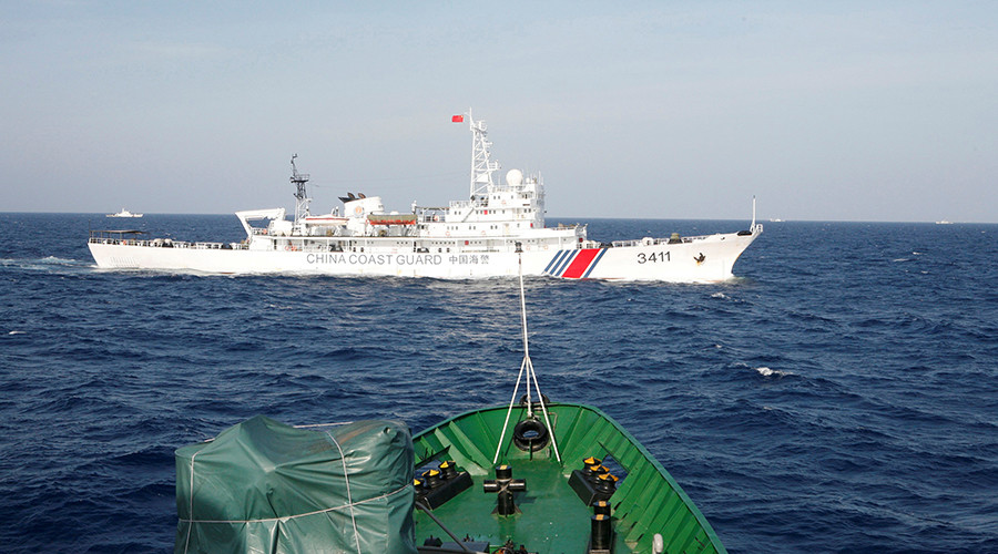 A ship (top) of the Chinese Coast Guard © Nguyen Minh
