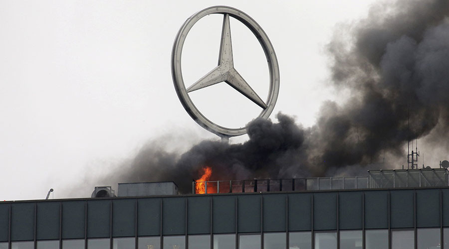 Smoke and fire is seen on the roof of the Europa-Center building in Berlin, Germany October 11, 2016. ©Fabrizio Bensch