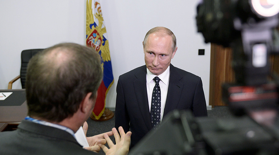 Russian President Vladimir Putin speaks to French journalists during his interview to French TV channel TF1 in the town of Kovrov, Russia's Vladimir Region, October 11, 2016 © Aleksey Nikolsky