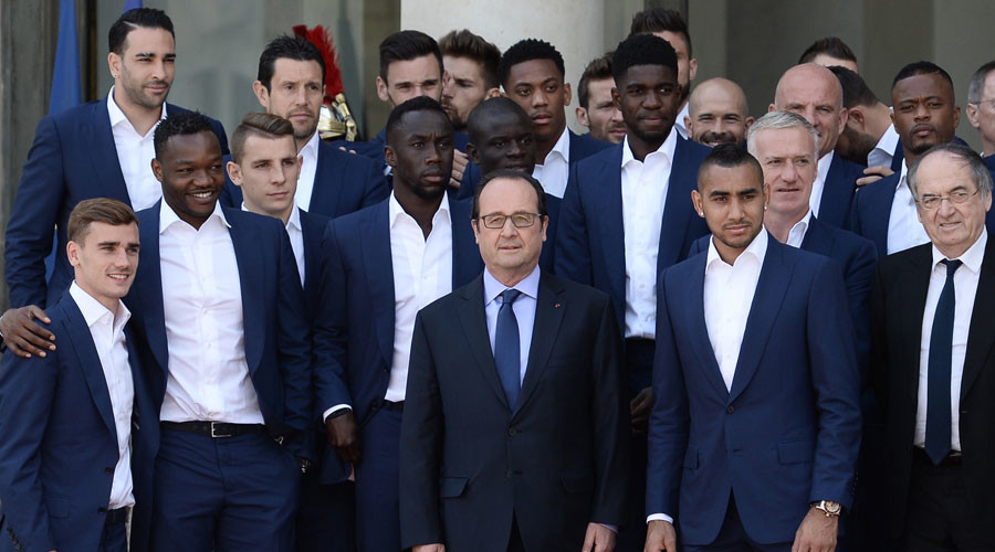 French President Francois Hollande poses with France's national football team players during their visit to the Elysee Palace in Paris on July 11, 2016, a day after Portugal beat France in the Euro 2016 final football match. © Stephane DE Sakutin