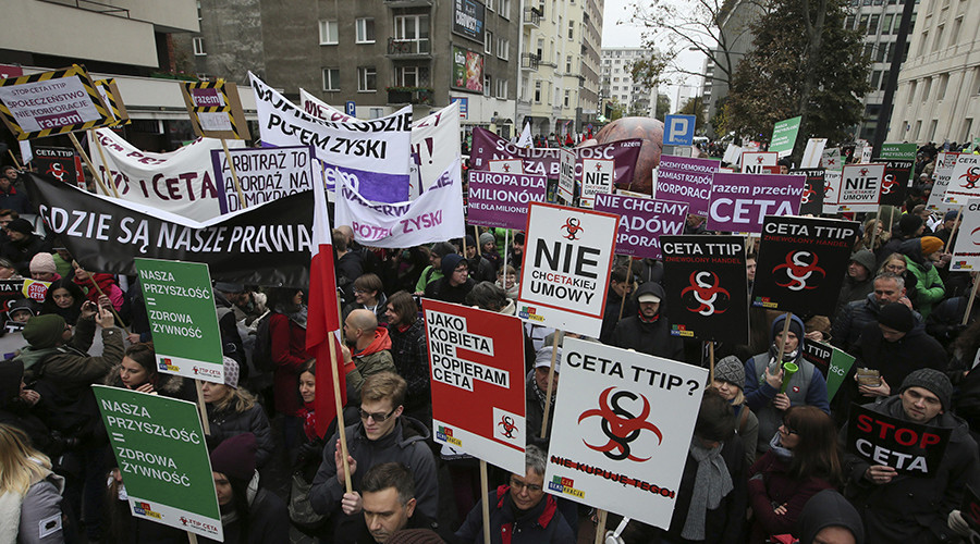 People march to protest against the planned CETA free trade agreement (Comprehensive Economic and Trade Agreement) between the European Union and Canada, and similar plans between EU and United States (TTIP) in Warsaw, Poland October 15, 2016 © Agencja Gazeta