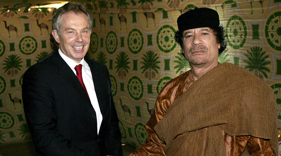 Britain's Prime Minister Tony Blair (L) shakes hands with Libyan leader Muammar Gaddafi near Gaddafi's home town of Sirte May 29, 2007. © Leon Neal