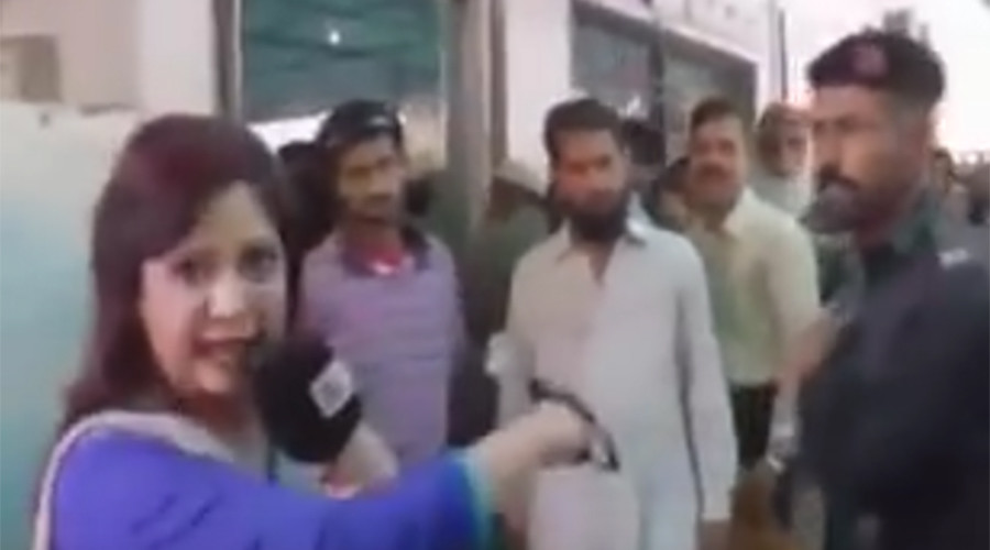 Pakistani policeman slaps female journalist and assaults cameraman in public (VIDEO)