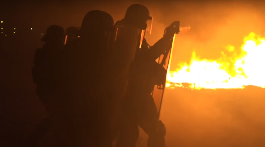 VIDEO shows armored police & fires lit by Calais migrants hours before camp gets bulldozed