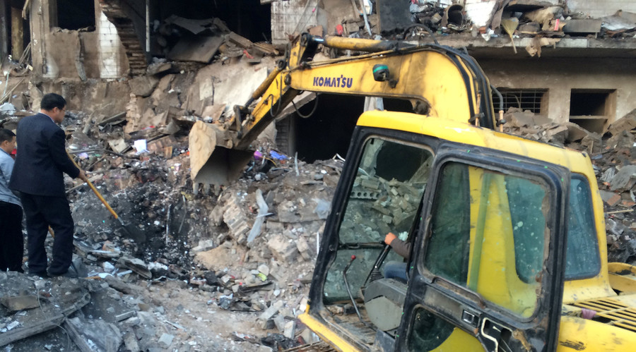 An excavator is seen at site after an explosion hit a town in Fugu county, Shaanxi province, China, October 24, 2016. © China Daily