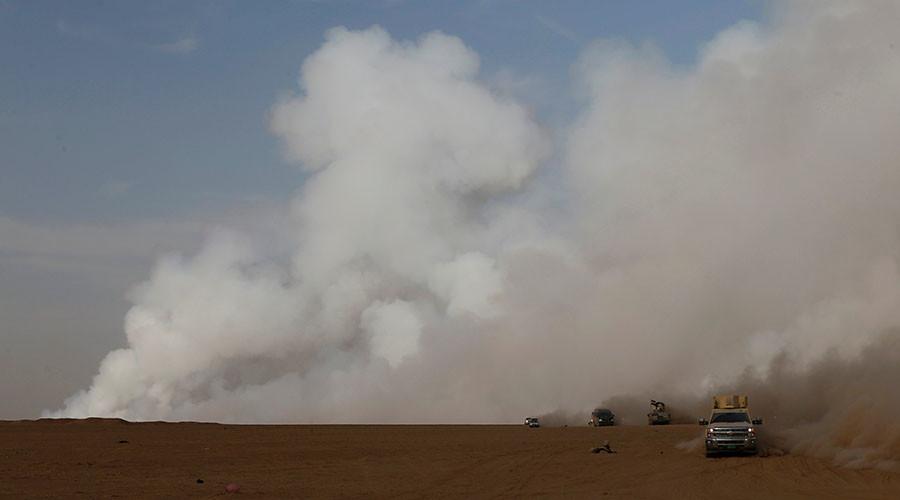 يرتفع الدخان من مصنع الكبريت بعد تعيين متشددون اسلاميون النار فيه الإفراج عن الدخان السام فوق المنطقة في جنوب الموصل، العراق، 21 أكتوبر 2016. © ثائر-السودان