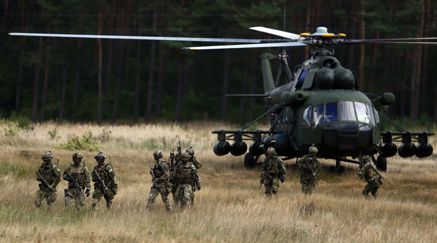 Members of Poland's special commando unit Lubliniec disembark from a Mi-17 helicopter during NATO international tactical exercise at the land forces training centre in Oleszno, near Drawsko Pomorskie, northwest Poland. File photo. © Kacper Pempe