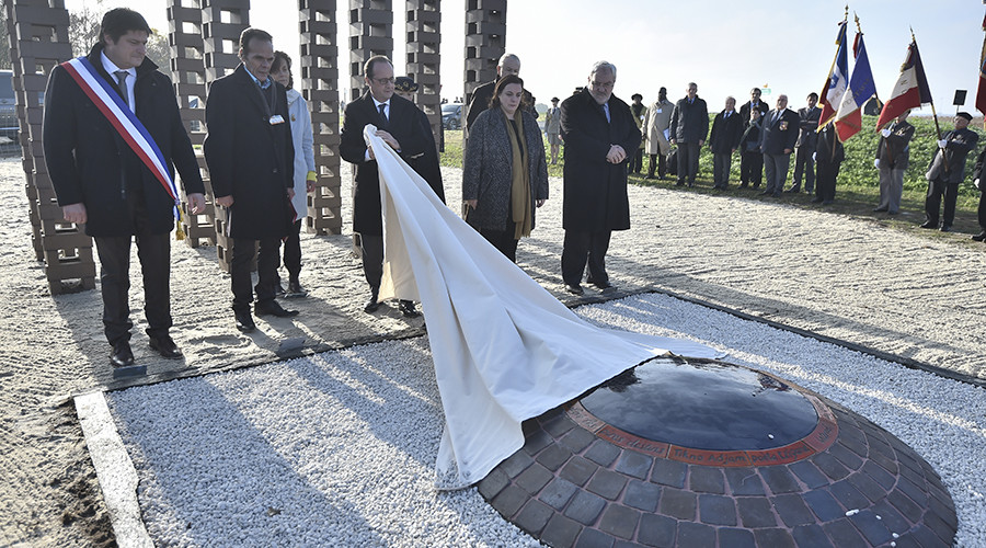 French President Francois Hollande(C) unveils a commemorative plaque during a ceremony to pay tribute to the memory of Roma and travelling people interned by World War II Vichy regime and in the early months of the post-war government, on October 29, 2016. © Jean Sebastien Evrard