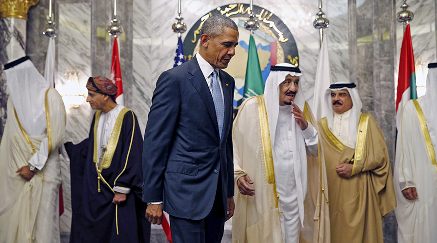U.S. President Barack Obama speaks with Saudi Arabia's King Salman © Kevin Lamarque