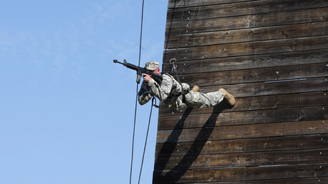 A U.S. Army Ranger shows skills during a demonstration at Ranger school graduation at Fort Benning in Columbus, Georgia August 21, 2015. © Tami Chappell