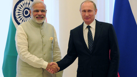 Russian President Vladimir Putin shakes hands with Indian Prime Minister Narendra Modi © Mikhail Klimentyev