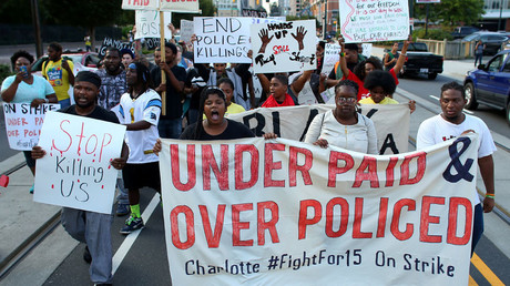 Demonstrators march to protest the police shooting of Keith Scott in Charlotte, North Carolina, U.S., September 26, 2016. © Mike Blake