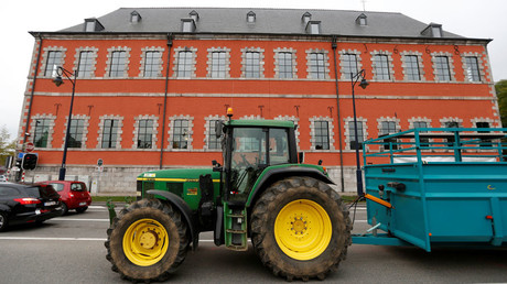 A tractor outside the Walloon regional parliament © Francois Lenoir