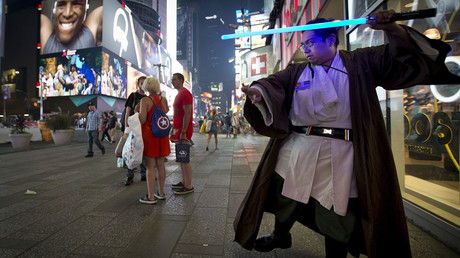 Star Wars fan practices with a toy lightsaber in New York © Carlo Allegri