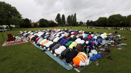 Muslims perform prayers for Eid-al Fitr to mark the end of the holy fasting month of Ramadan at a park in London, Britain © Suzanne Plunkett