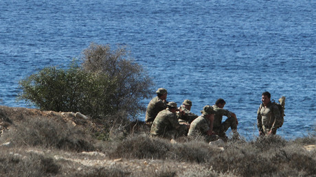 British soldiers sit by the coast at the Pyla firing range after the range's exit was blocked, in southeast Cyprus, October 20, 2016. © Yiannis Kourtoglou