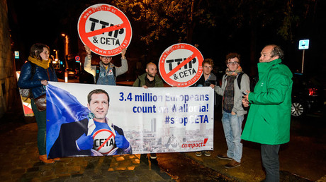 Protesters hold up a placard reading '3,4 million Europeans count on Wallonia - stop CETA' in Namur, Belgium, on October 18, 2016.© Nicolas Lambert