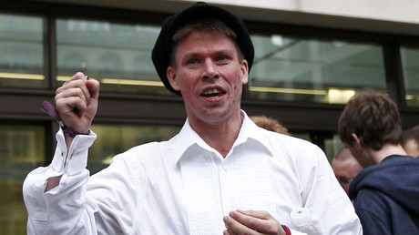 Lauri Love reacts as he leaves after attending his extradition hearing at Westminster Magistrates' Court in London, Britain September 16, 2016. © Peter Nicholls