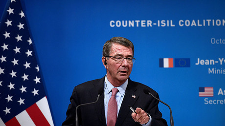 US Secretary of Defense Ashton Carter speaks as French Defence Minister listens on during a joint press conference following a meeting with ministers from 12 other countries on October 25, 2016 in Paris. © Martin Bureau