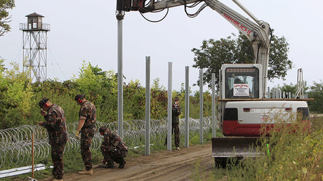 Hungarian army soldiers erect a fence on the border with Croatia near Sarok, Hungary, September 20, 2015. © Bernadett Szabo
