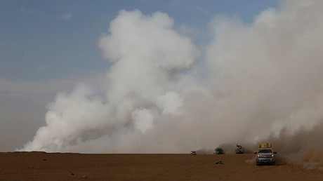 Smoke rises from a sulfur factory after Islamic militants set fire to it releasing toxic smoke over the area at south of Mosul, Iraq, October 21, 2016. ©Thaier Al-Sudan