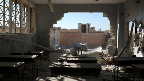 وهناك صورة لالفصول الدراسية التالفة بعد القصف في يسيطر عليها المتمردون بلدة هاس، جنوبي محافظة إدلب، سوريا 26 أكتوبر 2016 © عمار عبد الله